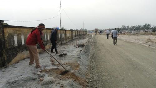 Nhân dân tham gia sửa đường vào nơi an nghỉ của ông Nguyễn Bá Thanh