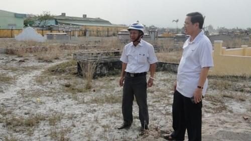 Ông Trần Văn Trường - Chủ tịch UBND huyện hòa Vang cùng ông Trần Đình Anh, Chủ tịch UBND xã Hòa Tiến đến kiểm tra việc làm đường.