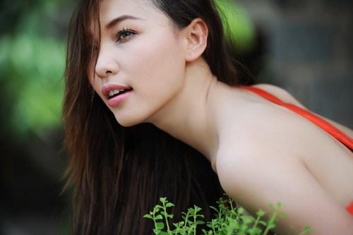 Người mẫu kiêm diễn viên Quỳnh Thư không chỉ nổi danh bởi sắc đẹp và vóc dáng gợi cảm, cô còn được biết đến với thói quen xài hàng hiệu xa xỉ trong giới showbiz Việt Nam