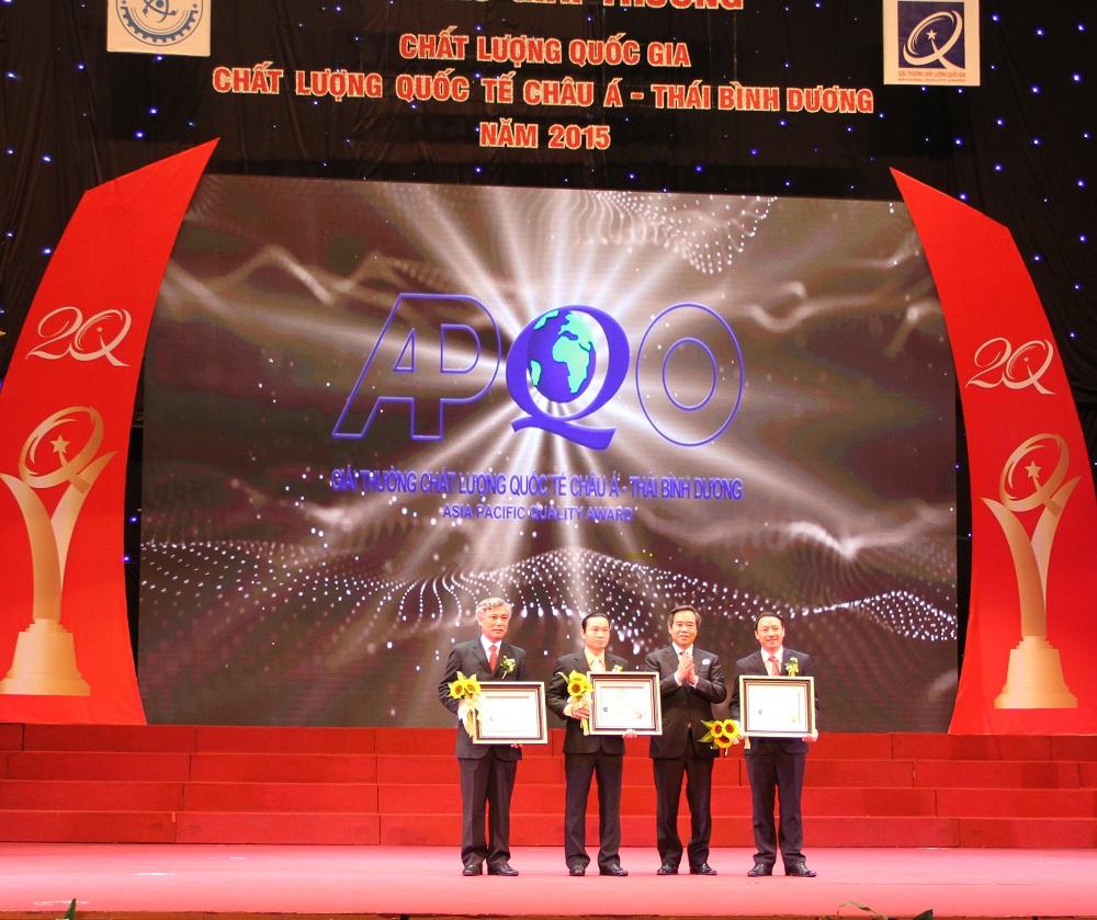 Ông Nguyễn Văn Bình, Ủy viên Bộ Chính trị, Trưởng ban Kinh tế Trung ương trao Giải thưởng Chất lượng Quốc tế Châu Á - Thái Bình Dương 2015 cho 3 doanh nghiệp