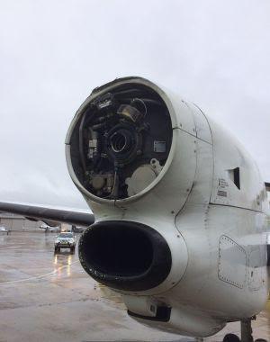 Động cơ bên phải máy bay với cánh quạt đã bị rơi