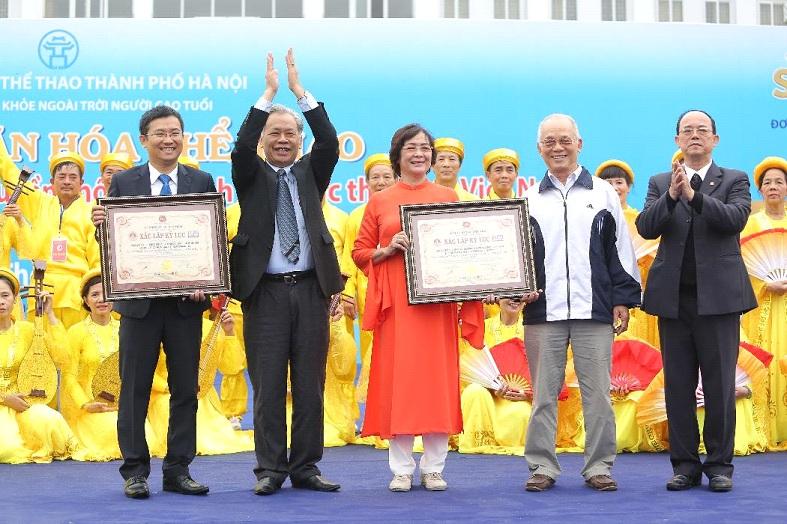 Vinamilk và CLB sức khỏe ngoài trời Hà Nội sở hữu kỷ lục Việt Nam với số lượng người tham gia đồng diễn dưỡng sinh đông nhất