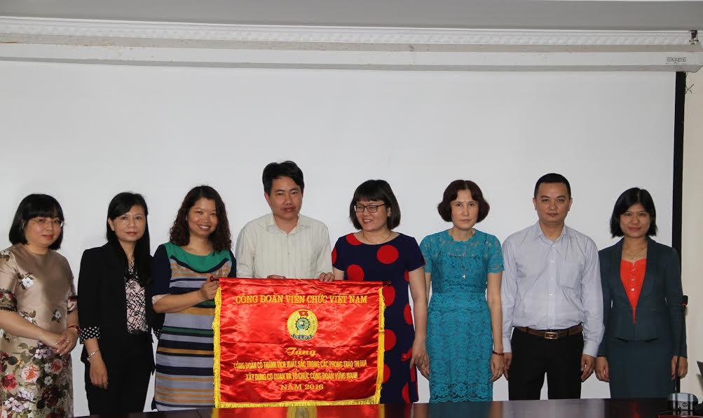 Công đoàn Viên chức Việt Nam tặng cờ thi đua cho tập thể Công đoàn Tổng cục TCĐLCL.