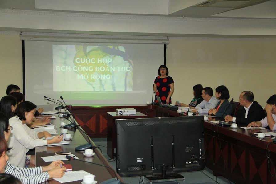 Bà Ngô Thị Ngọc Hà - Chủ tịch Công đoàn Tổng cục phát biểu tại cuộc họp