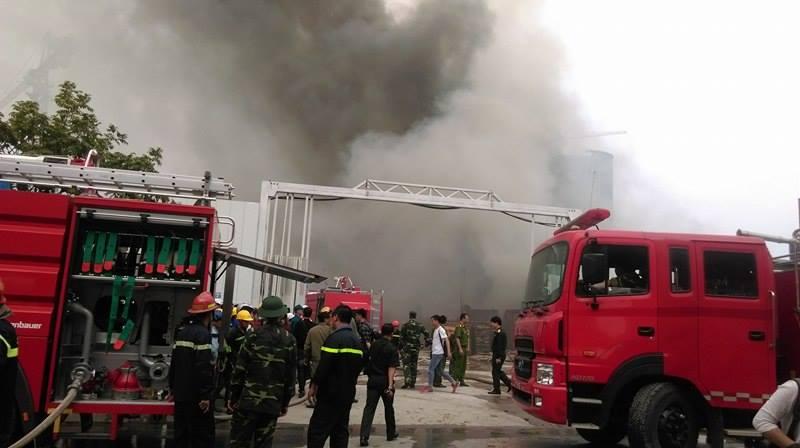 Nơi xảy ra vụ cháy là kho chứa điều hoà nên bên trong phát ra nhiều tiếng nổ, khói bốc cao hàng trăm mét.