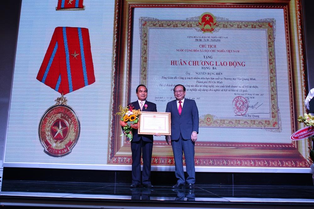 doanh nhân Nguyễn Đặng Hiến nhận Huân chương Lao động hạng Ba