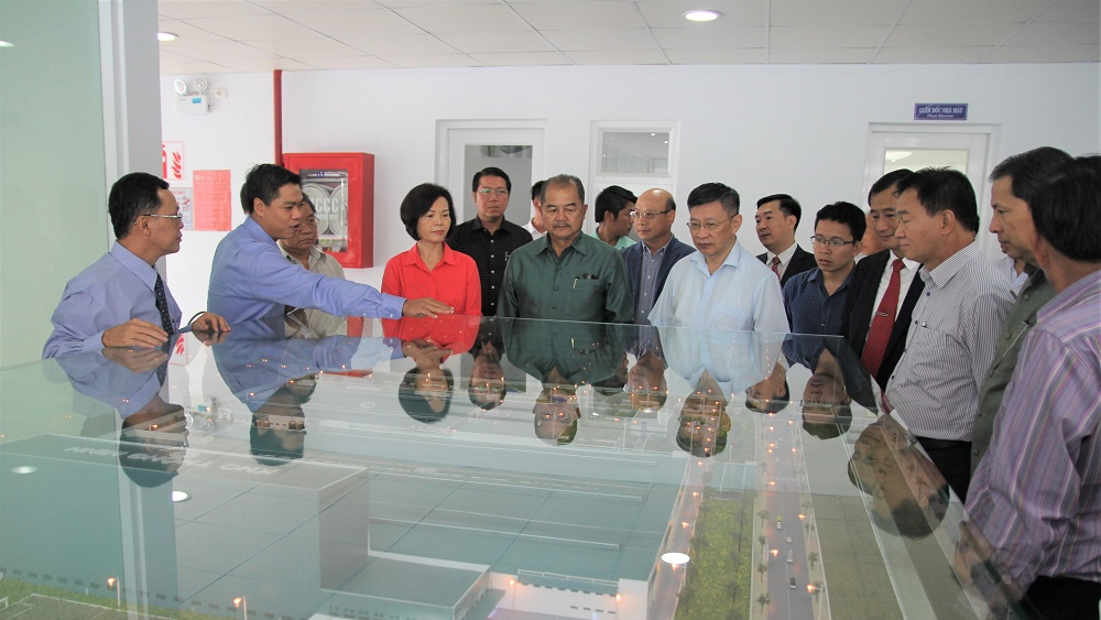Đoàn Đại biểu Đảng Nhân dân cách mạng Lào quan sát mô hình thu nhỏ của Nhà máy Sữa Việt Nam.