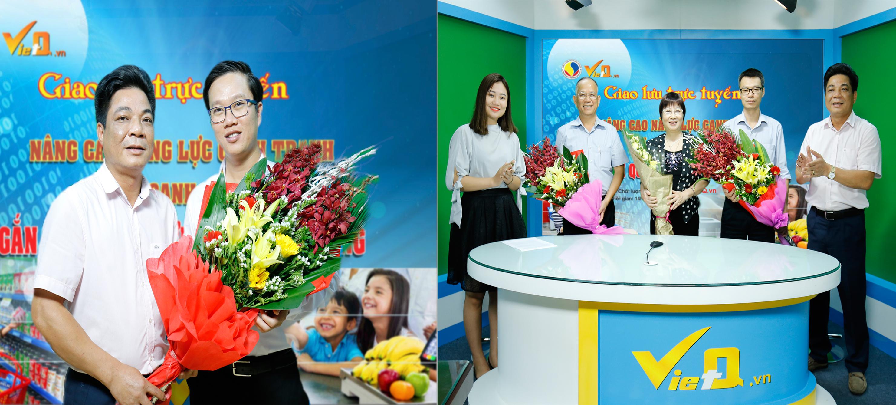 Tổng Biên tập Trần Văn Dư tặng hoa các khách mời tham dự giao lưu trực tuyến 'Nâng cao năng lực cạnh tranh của doanh nghiệp gắn với quyền lợi người tiêu dùng'