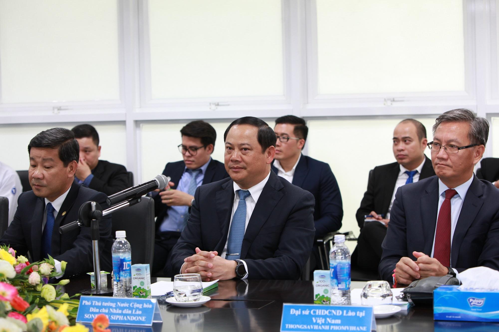 Phó Thủ tướng Lào Sonexay Siphandone (người ngồi giữa) tại buổi làm việc