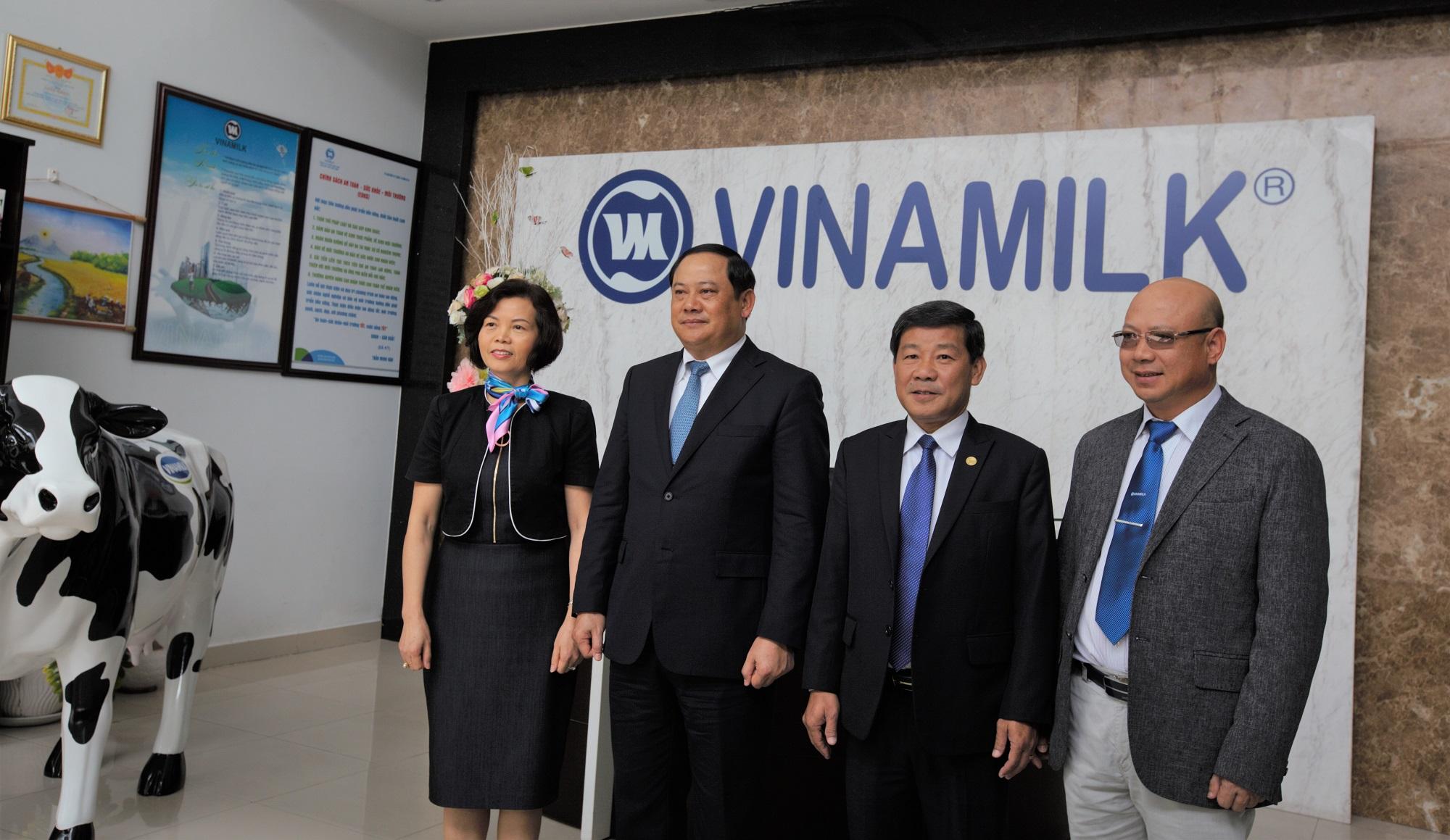 Phó Thủ tướng Lào Sonexay Siphandone; lãnh đạo tỉnh Bình Dương và lãnh đạo Vinamilk chụp hình lưu niệm tại Nhà máy Sữa Việt Nam.