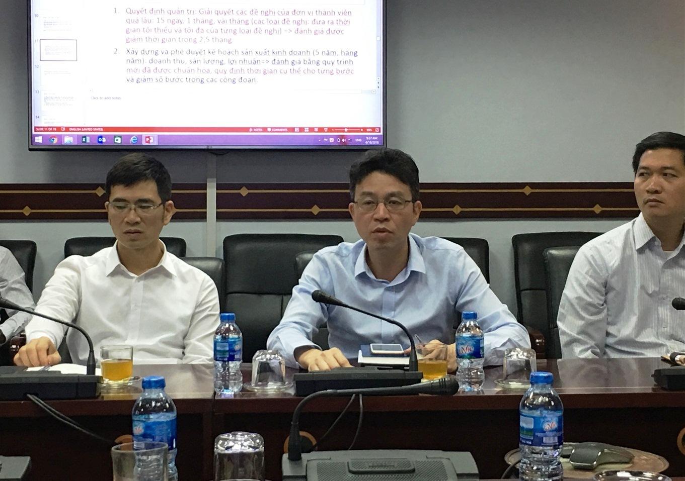 Ông Lê Anh Sơn- Chủ tịch Hội đồng thành viên Vinalines trao đổi tại buổi làm việc