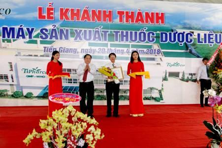 Ông Phạm Quang Bình, Chủ tịch Hội đồng quản trị - Tổng Giám đốc Công ty CPDP Tipharco nhận chứng nhận Tiêu chuẩn GMP-WHO cho nhà máy. Ảnh: Tipharco