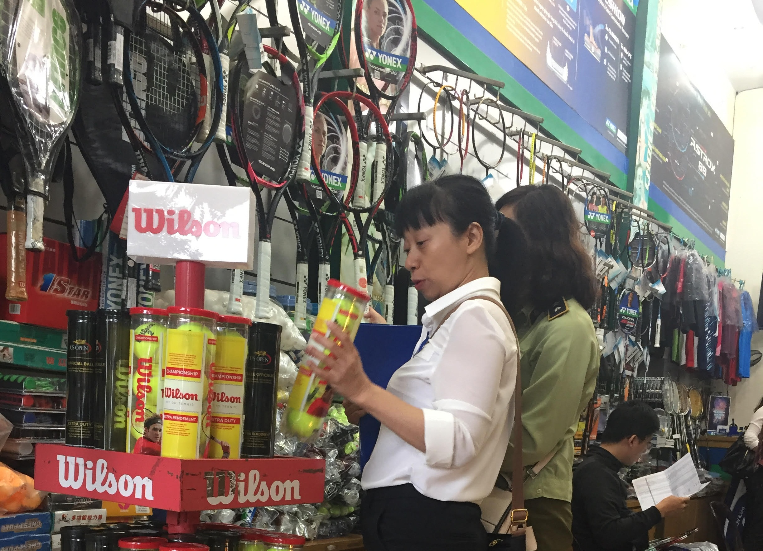 Cơ quan chức năng kiểm tra chất lượng sản phẩm hàng hóa tại cửa hàng dụng cụ thể thao. Ảnh Thanh Lịch