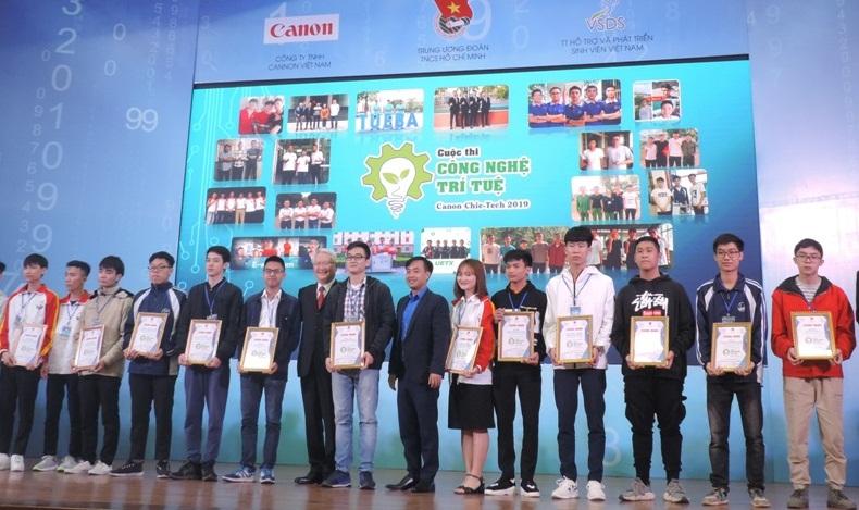 """Các đội tham gia cuộc thi ''công nghệ trí tuệ Canon Chie-Tech"""" năm 2019 nhận giấy chứng nhận của Ban Tổ chức"""