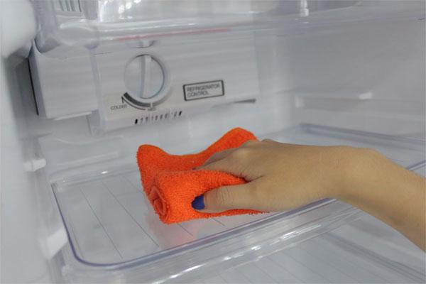 Dùng khăn mềm để vệ sinh tủ lạnh nhằm tránh trầy xước, hỏng hóc.