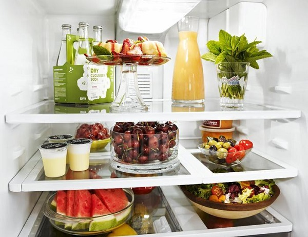 Không đậy kín các loại thực phẩm trước khi cho vào tủ lạnh khiến tủ lạnh bị nhiễm mùi còn thực phẩm thì mất hương vị.