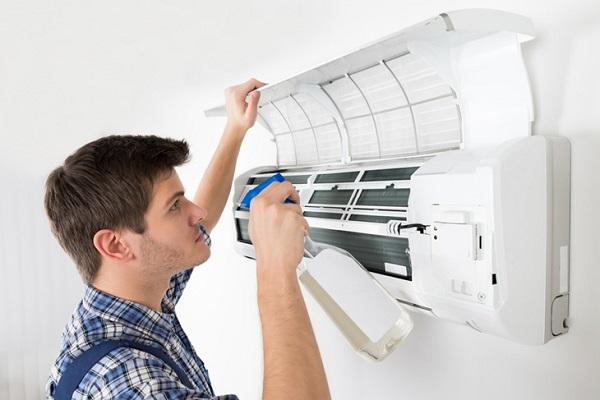 Bạn nên vệ sinh điều hòa thường xuyên để giảm tiếng ồn và giúp điều hòa vận hành tốt hơn.