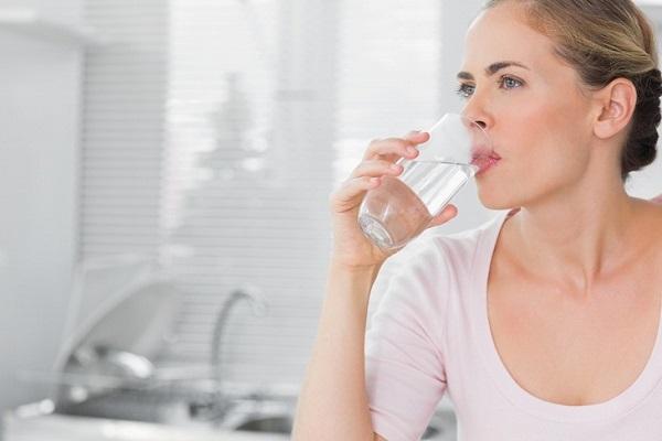 Uống nước là biện pháp đơn giản nhất tăng cường độ ẩm cho da.
