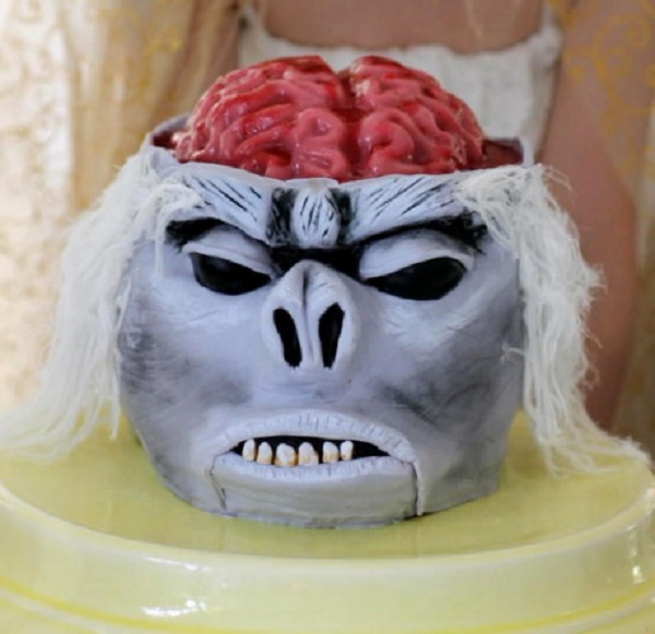 Khi ăn, các quan nội thị sẽ dùng một chiếc búa ngà gõ mạnh vào đầu khiến chú khỉ lập tức lìa đời.