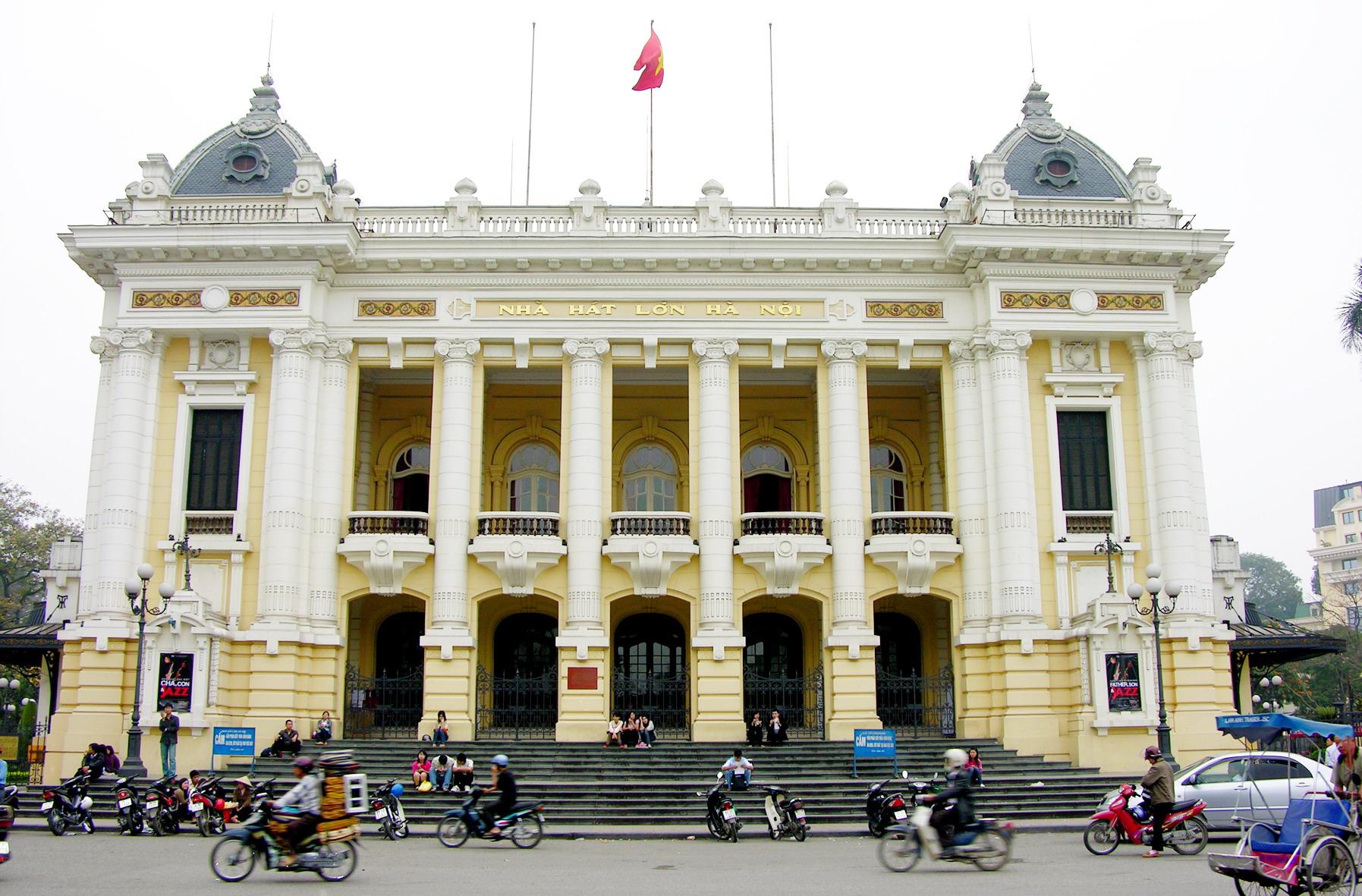 Diện mạo của Nhà hát lớn Hà Nội với màu sơn vàng nhạt trước đợt trùng tu, sơn sửa lại vào tháng 7/2015