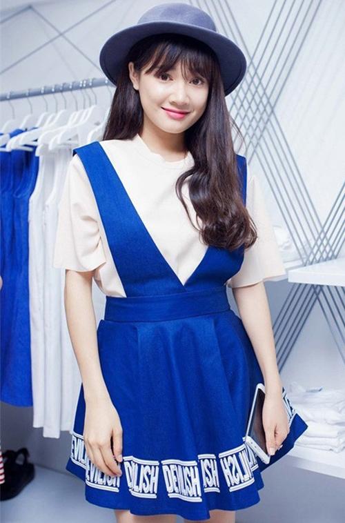 Năm 2015, Nhã Phương trẻ trung hơn nhờ chuyển sang phong cách nữ sinh với tóc mái thưa kiểu Hàn Quốc. Nhan sắc của cô ngày càng được khen ngợi với nước da sáng hơn trước.