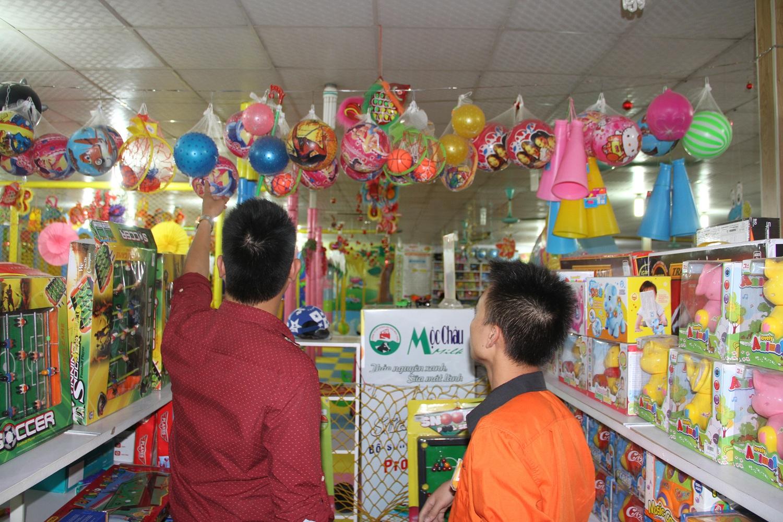 Các sản phẩm quả cầu gai bằng nhựa chứa nhiều độc tố, có hại cho trẻ em khi dùng cũng được bán tại nhà sách Tiến Thọ