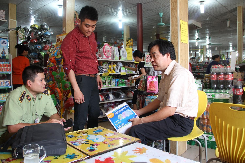 Ông Vũ Triều Dương (bên phải) - Phó cục trưởng Cục Quản lý Chất lượng sản phẩm hàng hóa đang trao đổi chuyên môn với cán bộ quản lý thị trường Đội quản lý thị trường số 4 - Chi cục QLTT Hà Nội