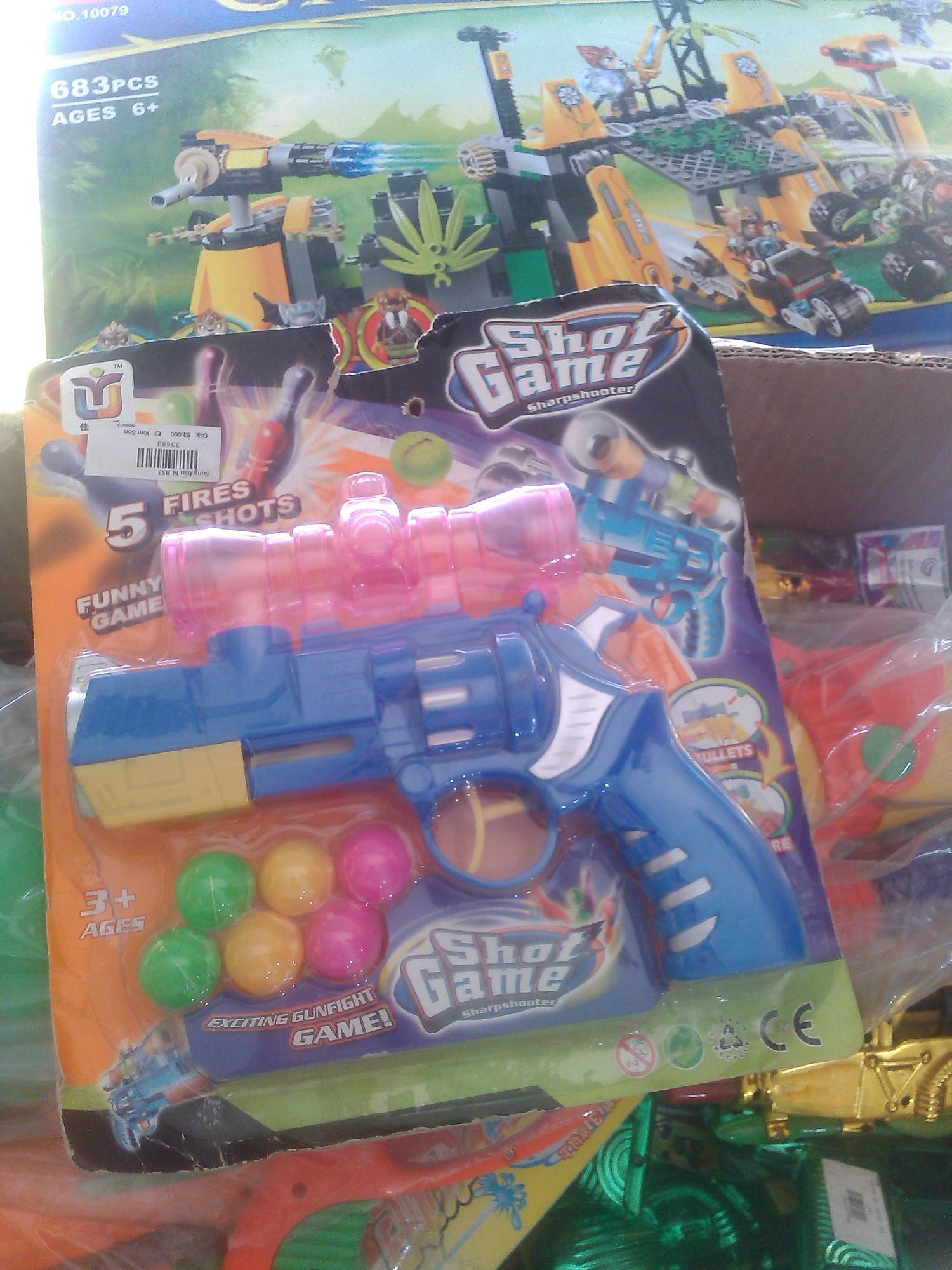 Đồ chơi trẻ em bạo lực gồm súng đạn nhựa, súng bắn bi, súng bắn nước... được cơ quan chức năng kiểm tra xử lý tại chỗ đối với nhà sách Tiến Thọ
