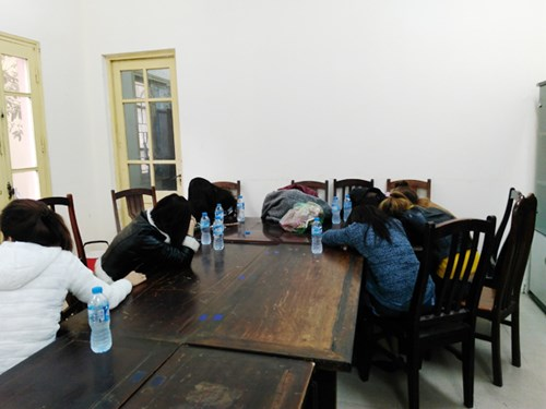 Các nữ tiếp viên kích dục của cơ sở massage Ozawa tại cơ quan công an