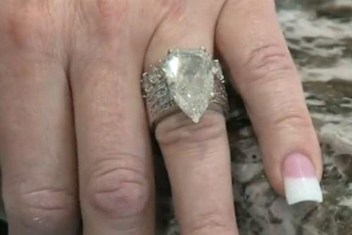 Chiếc nhẫn gần 10 tỷ đồng lẫn trong đống rác