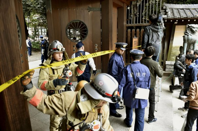 Hơn 100 cảnh sát, lính cứu hỏa và giới chức đền Yasukuni đã có mặt tại hiện trường.