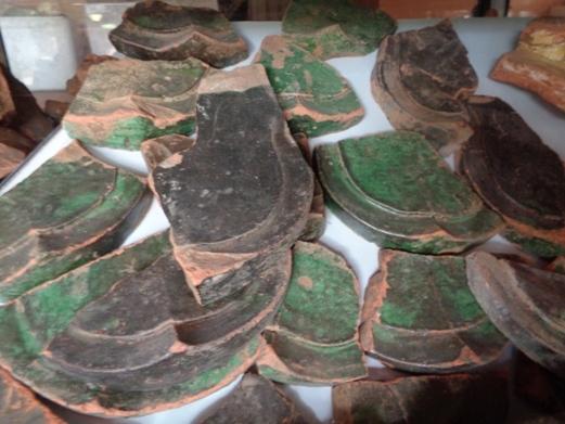 Di vật cổ ngói tráng men xanh (Thanh lưu ly) được tìm thấy