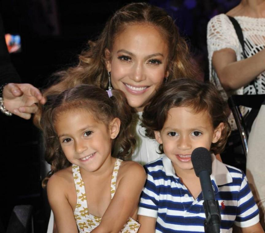 Jennifer Lopez cũng sinh hạ 1 cặp song sinh và bức ảnh đầu tiên về hai em bé này được bán với giá 6 triệu USD