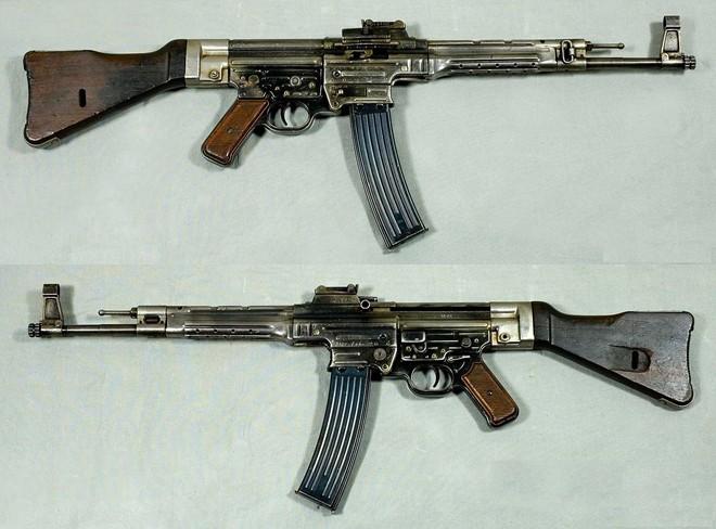 Sturmgewehr 44 hay STG 44 được coi là súng trường tấn công đầu tiên trên thế giới, có khả năng hoạt động tốt trong đêm nhờ hệ thống kính ngắm hồng ngoại. Súng AK-47 huyền thoại của Liên Xô hay M16 của Mỹ đều được phát triển dựa trên thiết kế của STG 44. Tuy nhiên vì STG 44 ra đời quá muộn nên Quân đội Đức không thể lật ngược thế cờ.