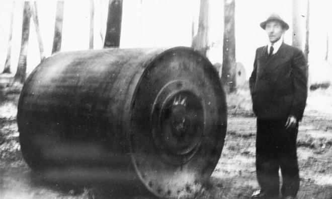Đức quyết định chế tạo bom nảy sau khi thu được một vũ khí tương tự của Anh nhằm tấn công các mục tiêu bị chướng ngại vật bao quanh. Các phi công sẽ tính toán vị trí thả bom để nó nảy trên mặt đất hoặc mặt nước trước khi nổ ở nơi họ muốn.
