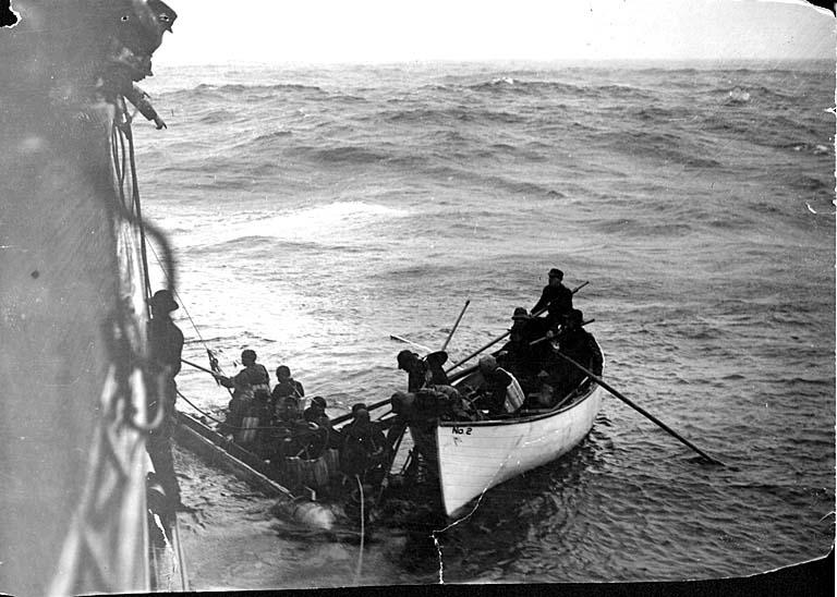 Gió mạnh khiến con tàu chuyển hướng và ngày 22/1/1906, SS Valencia va phải đá ngầm, con tàu SS Valencia bị chìm. 37 hành khách thoát chết, những người khác chìm theo con tàu. Đây là một trong những vụ tai nạn đường biển kinh hoàng nhất trên Thái Bình Dương.