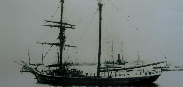 Năm 1872, tàu buôn Mary Celeste của Mỹ được tìm thấy khi đang trôi dạt trên Đại Tây Dương. Tầng hầm chứa hàng hóa của tàu còn đầy đủ, nhưng không có xuồng cứu hộ. Toàn bộ thủy thủy đoàn mất tích, không có dấu hiệu xảy ra đánh nhau.