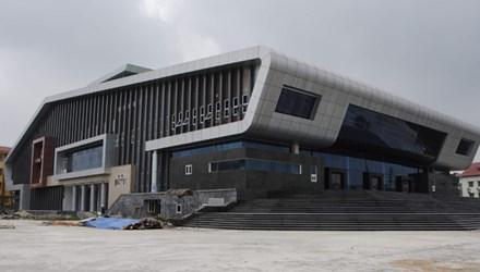 Nhà hát trăm tỷ ở Đan Phượng hoàn thành khâu thi công cơ  bản nhưng vì không đủ tiền thanh toán nên nằm đắp chiếu