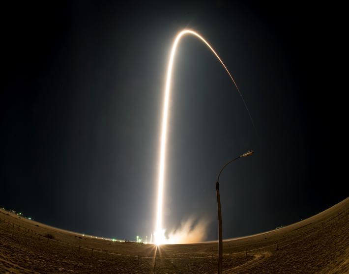 Tên lửa Soyuz được bắn lên vũ trụ từ sân bay vũ trụ Baikonur tại Kazakhstan vào ngày 23/7. Ba thành viên phi hành đoàn sẽ đến Trạm Vũ trụ quốc tế để thực hiện nhiệm vụ kéo dài 5 tháng tại đây.