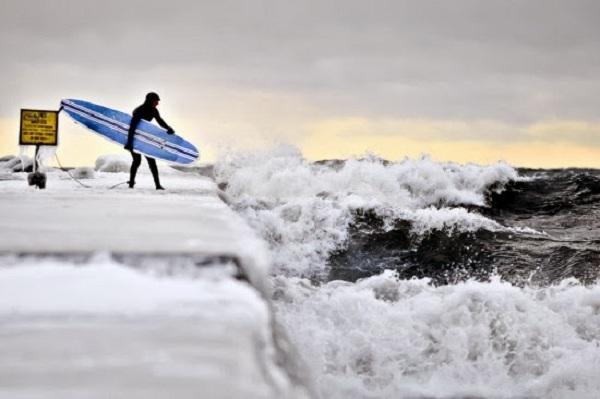 Tuy nhiên thời gian đó lại là mùa đông, có nghĩa là nhiệt độ nước rất thấp từ 0-5 độ C. Bạn sẽ không hề có biện pháp nào giúp vượt qua được cái lạnh thấu xương ở đây. Băng sẽ bám đầy trên tóc, da và khuôn mặt bạn. Những đợt sóng trong hồ còn bất ổn định ở ngoài đại dương nên phải là những tay lướt ván cừ khôi và dũng cảm mới dám thử sức ở đây.