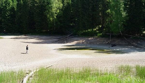 Nước rút hết sạch, chỉ còn lại một cái hố nhỏ giữa hồ và một vài vũng nước. Việc hồ cạn nước nhanh chóng khiến người dân địa phương không khỏi hoang mang.