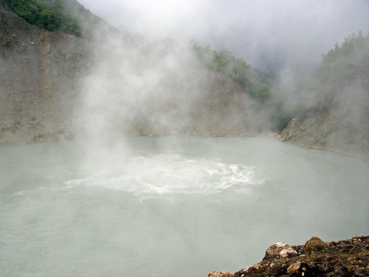 Hồ nước sôi thuộc địa phận nước Cộng hòa Dominica, có chiều rộng hơn 60 m. Đúng như tên gọi, nước ở vùng trung tâm hồ luôn duy trì trạng thái sôi sục. Nhiệt độ của hồ nước thường dao động ở mức 82-92 độ C. Các nhà khoa học cho rằng đặc điểm này có thể ảnh hưởng từ hoạt động của núi lửa.