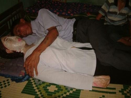 Bức tượng thạch cao ông Vân vẫn ôm để ngủ mỗi đêm