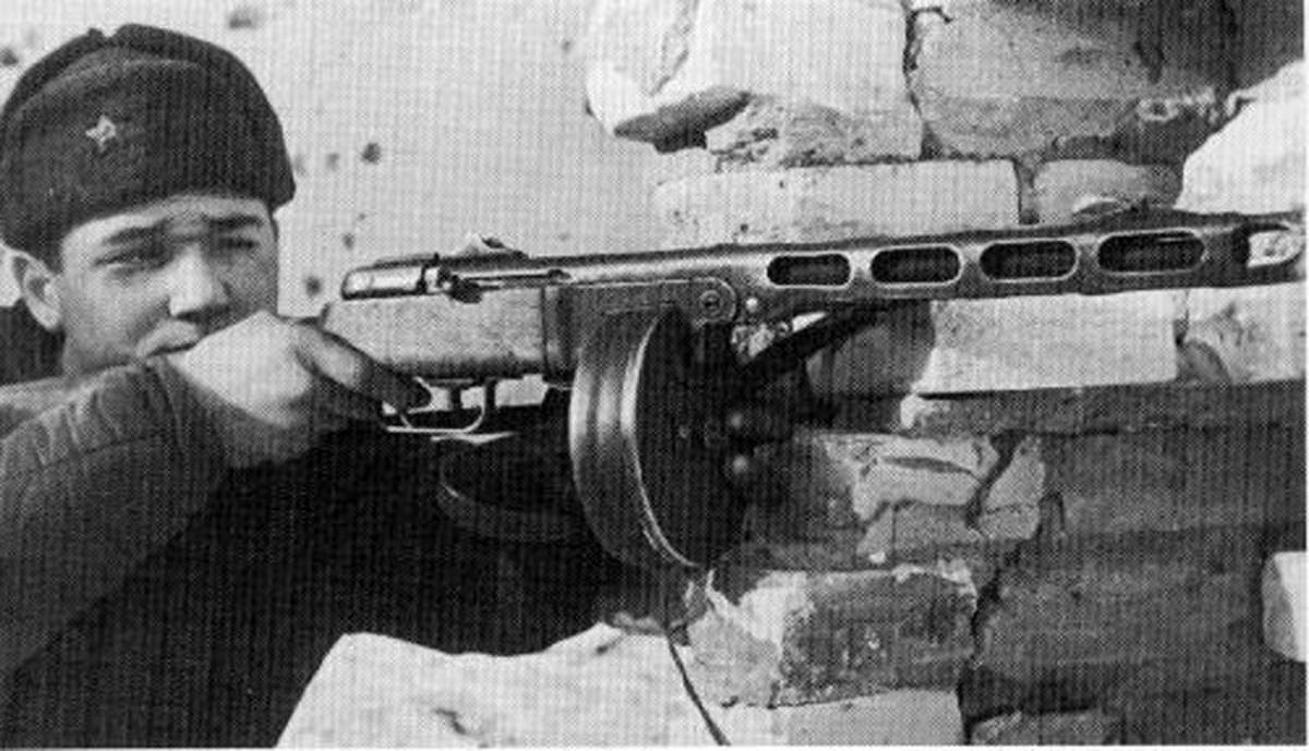 PPSh-41, viết tắt của Pistolet-Pulemyot Shpagina (khẩu súng lục máy của Shpagin) trong tiếng Nga, là khẩu tiểu liên có chốt liên thanh sử dụng đạn 7,62 x 25 mm mà bất kỳ người thợ nghiệp dư nào cũng có thể lắp ráp. Súng này có tốc độ bắn 900 viên mỗi phút và chỉ duy nhất tiểu liên Thompson khi ấy có tốc độ khai hỏa gần tương đương.