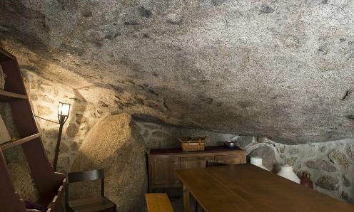 Các tảng đá với trọng lượng lên đến 200 tấn được sử dụng để làm thành những bức tường, sàn nhà và thậm chí cả trần nhà.