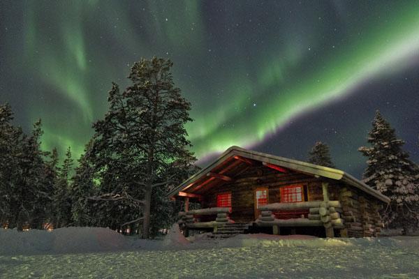 Ngôi nhà nghỉ chân của du khách tại Lapland, Phần Lan. Một khung cảnh huyền ảo, đẹp đến mê hồn người từ chuyện cổ tích bước ra ngoài đời thực.
