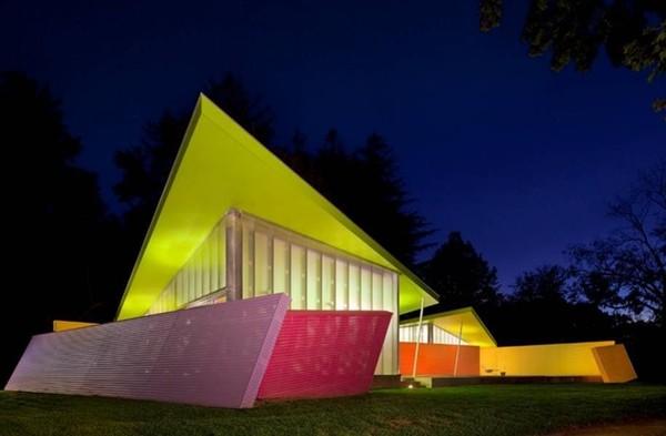 Tòa nhà đặc biệt này được xây dựng bởi công ty Stamberg Aferiat Architecture. Ngoài kiến trúc đặc sắc với những hình khối sắc sảo, hiện đại thì màu sắc cũng là một điểm nhấn đặc biệt