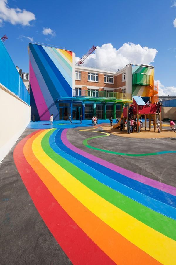 Trường mẫu giáo bảy sắc cầu vồng này có tên Ecole Maternelle Pajol, nằm ở thủ đô của nước Pháp hoa lệ.