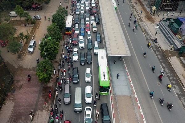 Ô tô, xe máy đi vào làn đường dành cho xe buýt nhanh bị phạt thế nào?