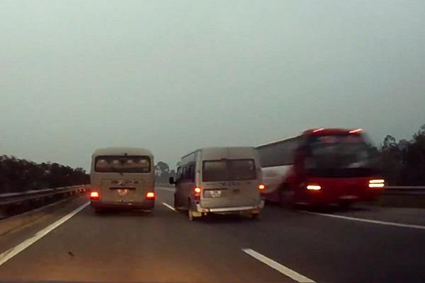 Điều khiển ô tô đi ngược chiều trên đường cao tốc phạt thế nào?